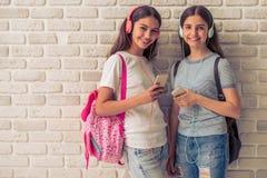 Adolescentes attirantes avec des instruments Photos libres de droits