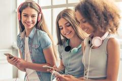 Adolescentes attirantes avec des instruments Photographie stock libre de droits