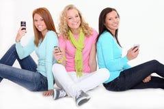 Adolescentes avec des portables Photo stock