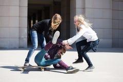Adolescentes avec la planche à roulettes Photographie stock libre de droits