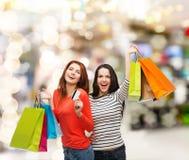 Adolescentes avec les paniers et la carte de crédit Photographie stock