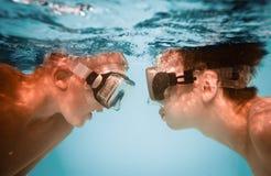 Adolescentes bajo el agua Fotos de archivo libres de regalías