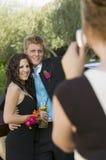 Adolescentes bien vestidos que toman la imagen afuera Foto de archivo