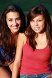 Adolescentes bonitos de la universidad que disfrutan de vida del campus Foto de archivo