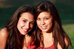 Adolescentes bonitos de la universidad que disfrutan de vida del campus Imagen de archivo