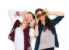 Adolescentes bonitos felices con los anillos de espuma que se divierten Imagen de archivo