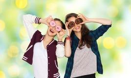 Adolescentes bonitos felices con los anillos de espuma que se divierten Fotos de archivo libres de regalías