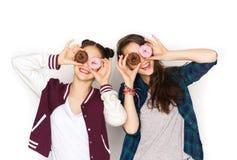 Adolescentes bonitos felices con los anillos de espuma que se divierten Imagenes de archivo
