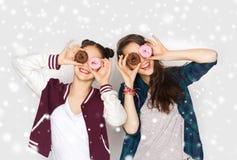 Adolescentes bonitos felices con los anillos de espuma que se divierten Foto de archivo libre de regalías