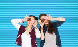Adolescentes bonitos felices con los anillos de espuma que se divierten Imagen de archivo libre de regalías