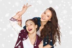 Adolescentes bonitos felices que muestran la muestra de la mano de la paz Imagen de archivo libre de regalías