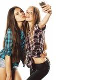 Adolescentes bonitos que fazem o selfie isolado fotos de stock