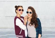 Adolescentes bonitos sonrientes felices en gafas de sol Imagenes de archivo