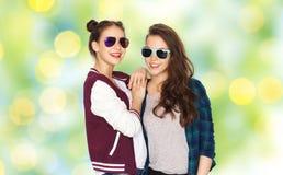 Adolescentes bonitos sonrientes felices en gafas de sol Imagen de archivo