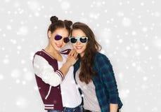 Adolescentes bonitos sonrientes felices en gafas de sol Imágenes de archivo libres de regalías