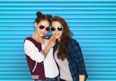 Adolescentes bonitos sonrientes felices en gafas de sol Fotografía de archivo