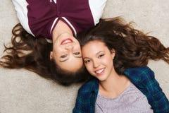 Adolescentes bonitos sonrientes felices que mienten en piso Fotografía de archivo