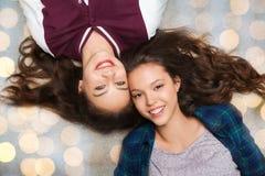 Adolescentes bonitos sonrientes felices que mienten en piso Fotografía de archivo libre de regalías