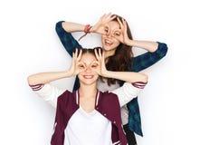 Adolescentes bonitos sonrientes felices que se divierten Fotos de archivo