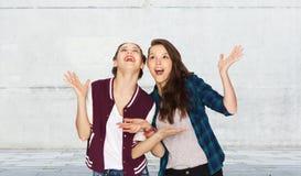 Adolescentes bonitos sonrientes felices que se divierten Fotos de archivo libres de regalías