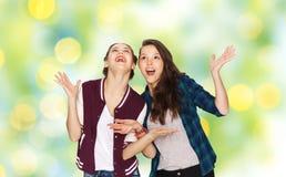 Adolescentes bonitos sonrientes felices que se divierten Foto de archivo