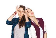 Adolescentes bonitos sonrientes felices que se divierten Imagen de archivo libre de regalías