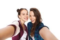 Adolescentes bonitos sonrientes felices que toman el selfie Fotos de archivo