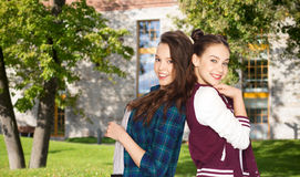 Adolescentes bonitos sonrientes felices sobre campus Imagen de archivo libre de regalías