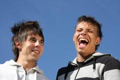 Adolescentes caçoando e de riso Fotos de Stock