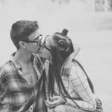Adolescentes cariñosos del beso de los pares Fotografía de archivo