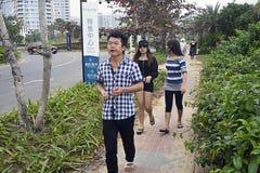 Adolescentes chinos que mastican la nuez de binlan foto de archivo libre de regalías