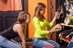 Adolescentes choisissant des vêtements Photos stock