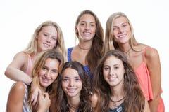 Adolescentes com dentes e as cintas perfeitos fotografia de stock royalty free