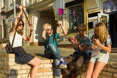 Adolescentes com negativos de observação da foto do filme do interesse e da surpresa, fundo da rua da cidade imagens de stock royalty free