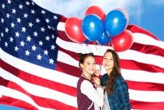 Adolescentes com os bal?es sobre a bandeira americana fotografia de stock royalty free