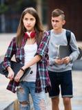 Adolescentes con caminar de los monopatines Foto de archivo