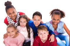 Adolescentes con diversa tez junto Foto de archivo libre de regalías