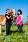 Adolescentes con el caballo Foto de archivo