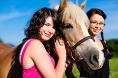 Adolescentes con el caballo Fotos de archivo