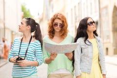 Adolescentes con el mapa y la cámara Fotografía de archivo libre de regalías
