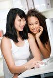 Adolescentes con el ordenador Foto de archivo