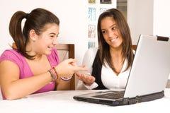 Adolescentes con el ordenador Imagen de archivo libre de regalías