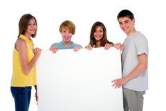 Adolescentes con el panel blanco Fotos de archivo
