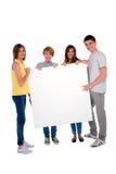 Adolescentes con el panel blanco Imagenes de archivo