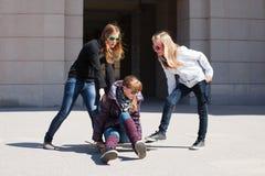 Adolescentes con el patín Foto de archivo libre de regalías