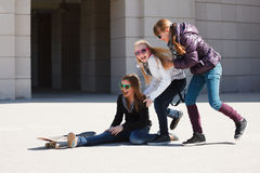 Adolescentes con el patín Fotografía de archivo