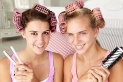 Adolescentes con el pelo en bigudíes Fotos de archivo libres de regalías
