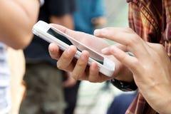 Adolescentes con el teléfono móvil Imágenes de archivo libres de regalías