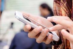 Adolescentes con el teléfono móvil Foto de archivo