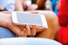 Adolescentes con el teléfono móvil Fotografía de archivo libre de regalías